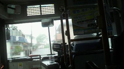 どしゃ降りの中をバスに乗車中