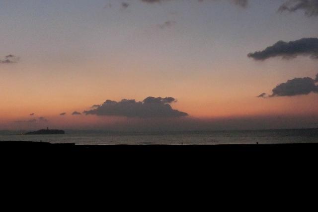 夜明け前の湘南海岸