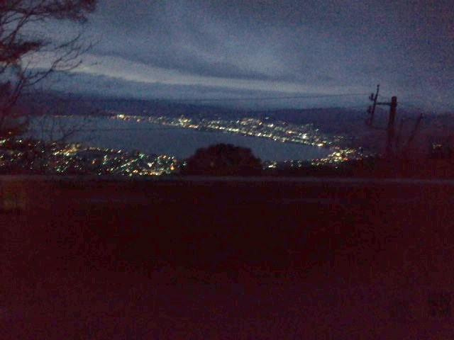 仕事帰りに見た諏訪湖の夜景です