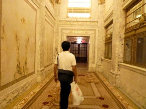 プラザ・ホテルの廊下