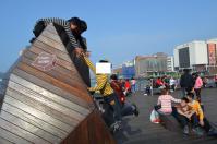 基隆港ボードウォークのオブジェで遊ぶ子供130214