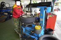 CT200hの右後輪タイヤパンク修理中130421