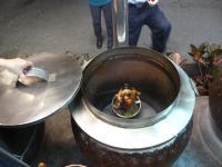 焼き窯の中で甕缸雞ロースト130206