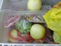 宜蘭から頂き物の野菜と果物で野菜室いっぱい130630