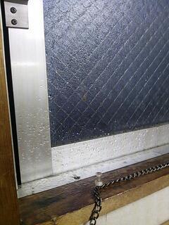 雨漏り 窓枠下