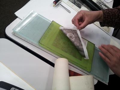 刷版のインキが紙に転写される