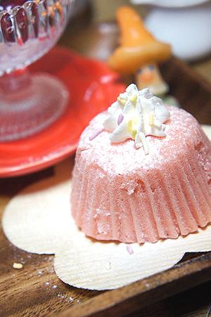 苺の蒸しケーキ