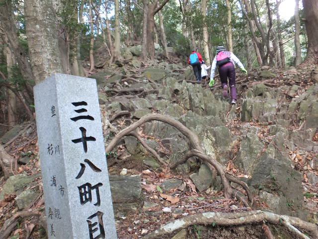 石の間をぬって登る