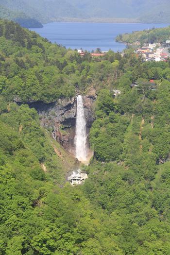 華厳の滝と男体山-2