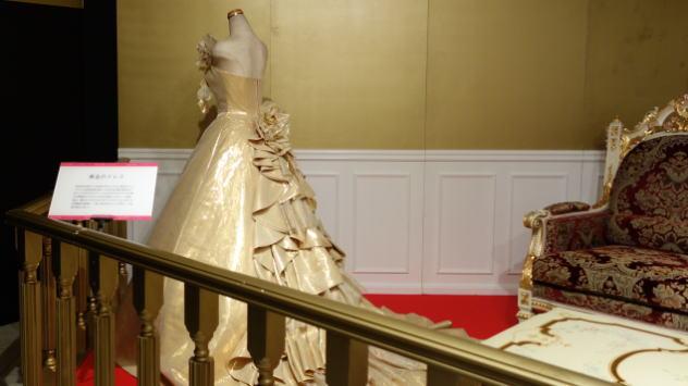 金のドレス