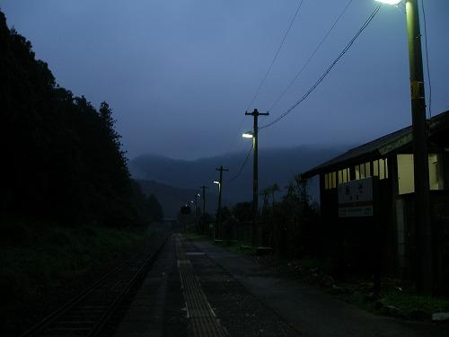 08061502雨の阿曽駅ホーム