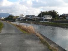 須恵川沿いを歩く
