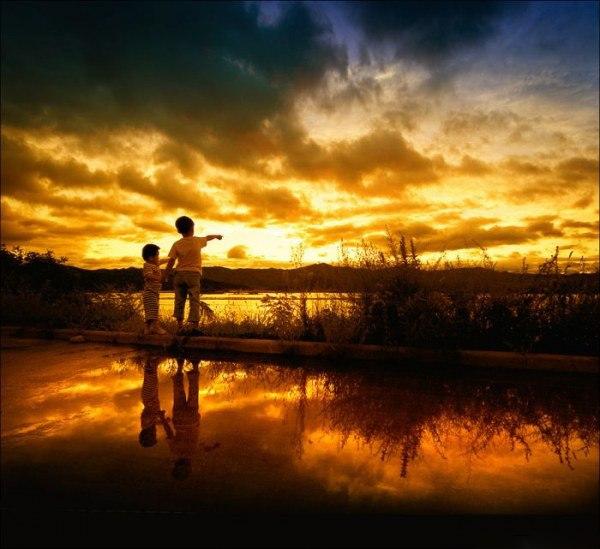 子供と朝陽がある情景のimage