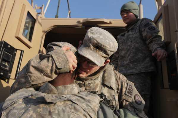 兵士のハグ(イラク)image