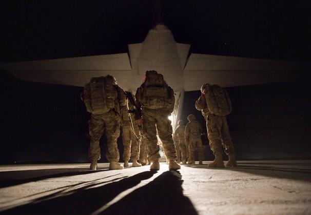 兵士たち機上へ(アフガン)image