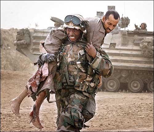 負傷した民間人を運ぶ兵士(イラク)image