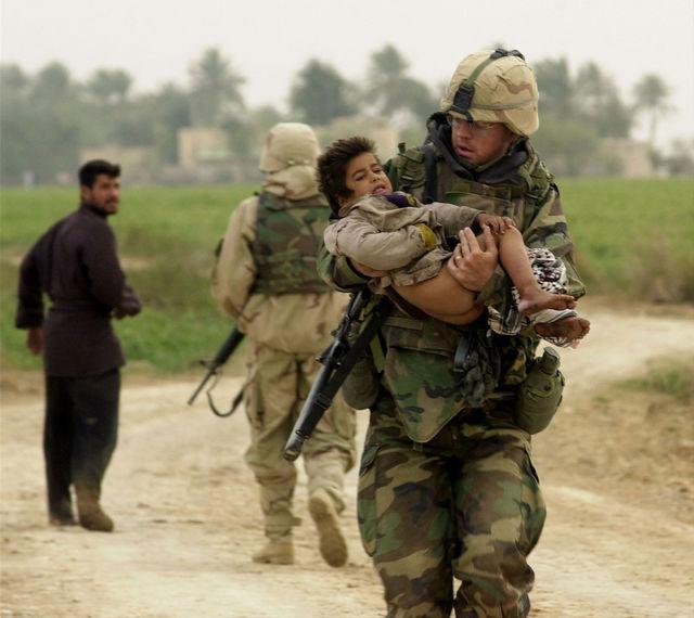 負傷した子供の搬送(イラク)image