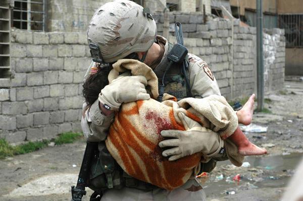 負傷した子供を運ぶ兵士の切なさimage