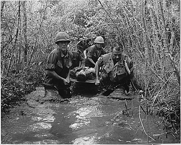 負傷兵の搬送(ベトナム)