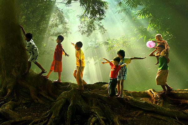 自然のなかで遊ぶ子供たちのimage