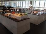 センターに食べ物が並ぶ。アイランドスタイルね