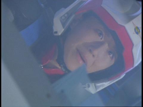 ヒマラの攻撃を避け、通信をかわすユミムラ・リョウ隊員(演:斉藤りさ)