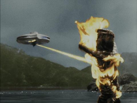 作戦を失敗し、味方のUFOから処分されるセミ人間