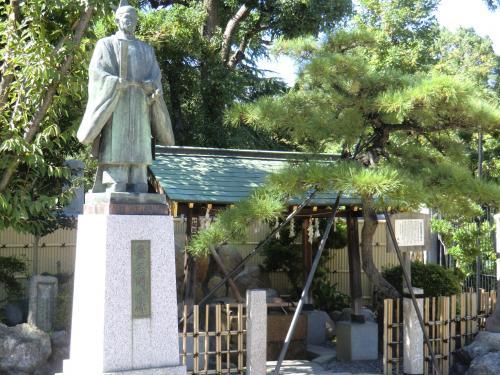 秀吉像と産湯の井戸