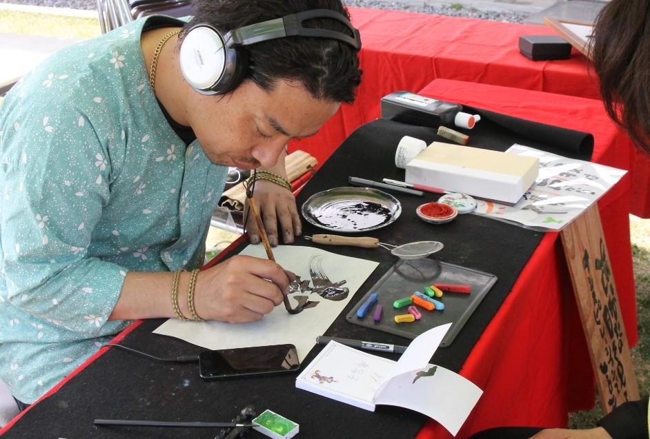 インスピレーション詩人、龍光さん。目を見てその人だけの詩を書いてくれます。みんな感動してましたよ♪