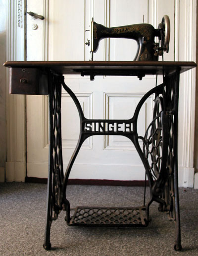 Singer_sewing_machine_table.jpg