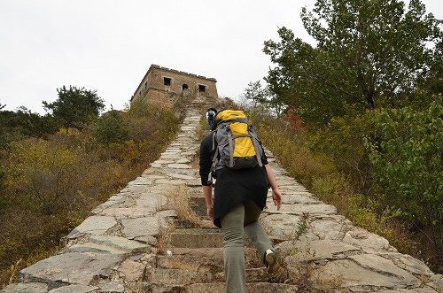034写真ではなかなか伝わらないかもしれませんが、とても急な坂道で2・30mも歩くと立ち止まって休憩したくなるほどです。