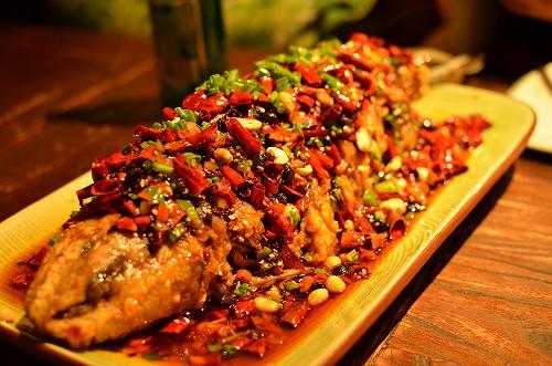 113長城に一緒に行った大頭と晩御飯へ。これは魚を油で揚げたようなやつで、皮がすごいサクサクしていておいしかった。