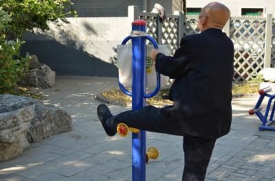 136小さな公園の運動器具で、おじいさんが黙々とトレーニングしていました。これは一体何のトレーニングなんだろう?
