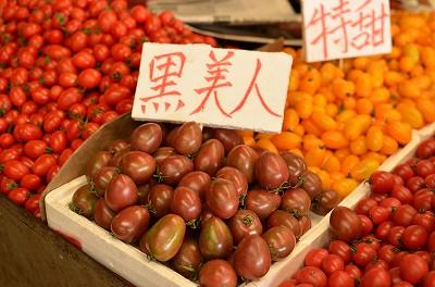 175トマトコーナーに茶色のトマトを発見。他の色のトマトと比べると、一目瞭然。