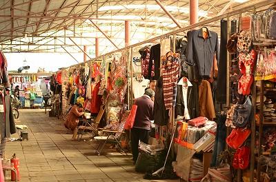 187(市場には肉や野菜や果物以外にも衣類や調理器具など様々なものを売っていました。)