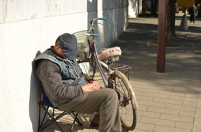 233おじいさんが気持ちよさそうに日向ぼっこをして寝ていた。笑