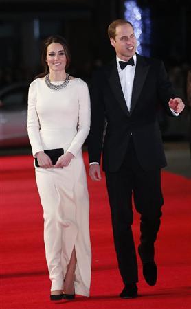 5日、ロンドンでマンデラ氏の自伝映画の試写会に出席する英ウィリアム王子(右)とキャサリン妃