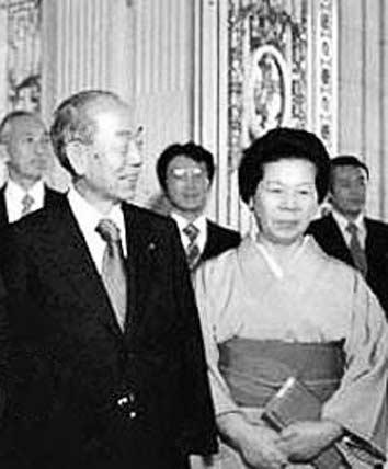 1978年,日本前首相福田康夫的父亲福田赳夫和母亲三枝在首相官邸举行宴会,欢迎中国领导人访问日本