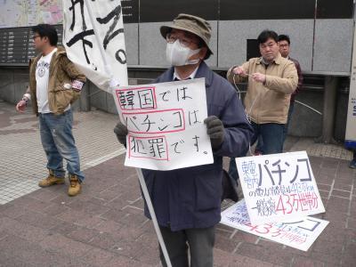 節電署名の呼びかけでは様々なメッセージが街行く人に提示された