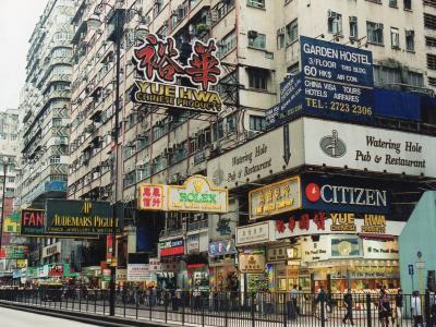 日本以上の人口密度を誇る香港の多層的住居空間における幾何学的な混沌美