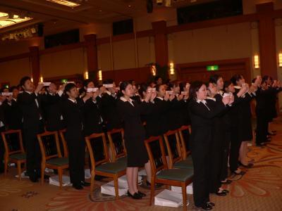 「マルハンイズム」を唱和する新入社員