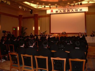 90名の新入社員に向かって祝辞を述べる韓昌祐会長