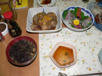 今夜のツマミとなる佐渡産の里芋煮付けと岩のり入りワラビの味噌汁