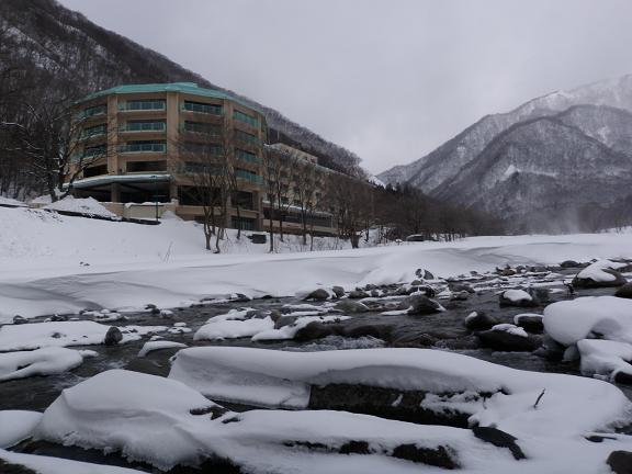 春を待つ湯檜曽川とホテル湯の陣