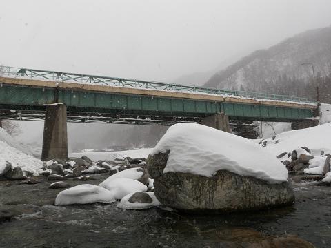 雪の中の湯檜曽川から見た桟橋2