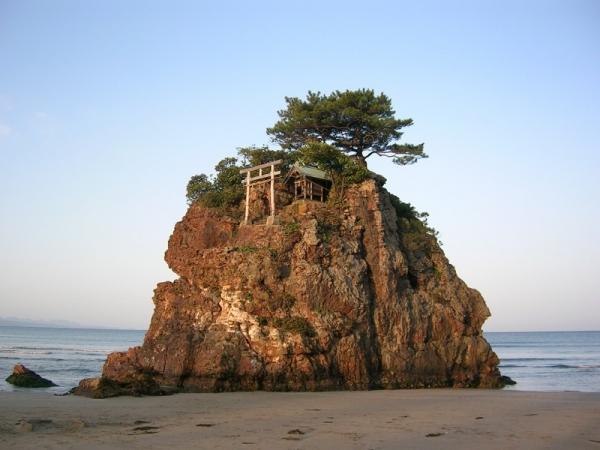 引佐浜の弁天島