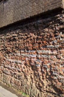 旧東海道:中島川ガードの削られた煉瓦