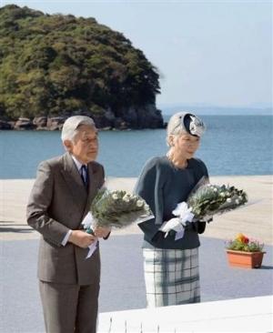 水俣病慰霊の碑に供花される天皇・皇后両陛下