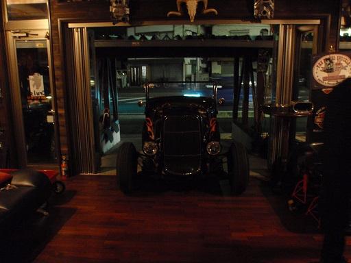 フォードエンジン組直しの為、室内へ (2)