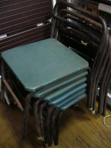 幼稚園の椅子